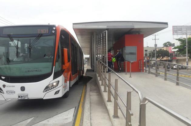 Un bus de la ruta 101 llegando a la estación Las Delicias.