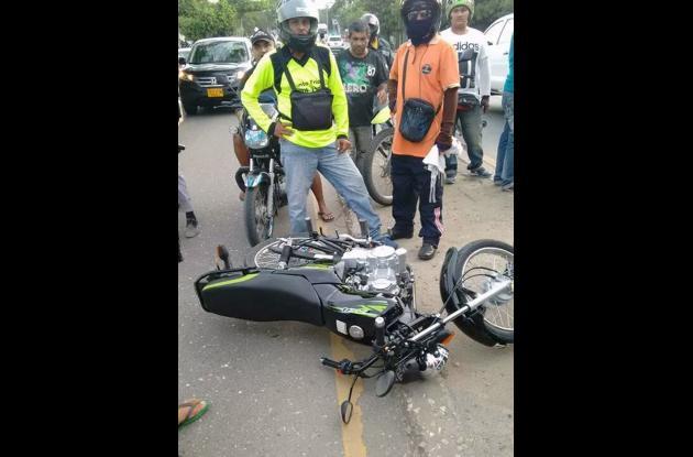 Al parecer el automotor comprometido invadió el carril de las motocicletas.