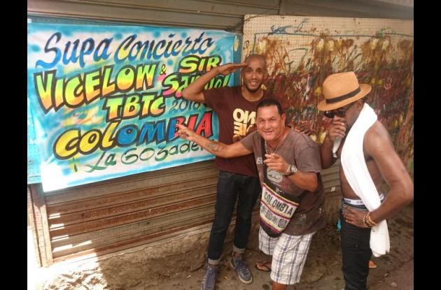 Los raperos junto al artista cartagenero Runner en el Mercado de Bazurto.