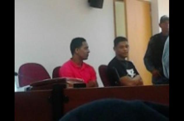 En la foto se pueden ver a dos de los tres procesados por el crimen de Pablo Andrés Zapata durante una de las audiencias del juicio oral. El crimen ocurrió en El Campestre, en Cartagena.