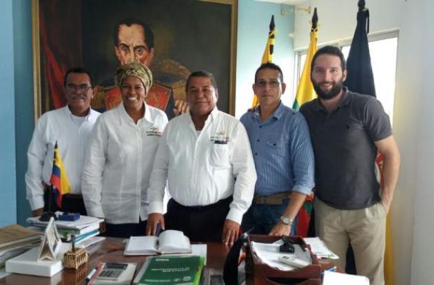 Jackeline Howard, Directora de Desarrollo Social de Bolívar junto Manuel Rudas, alcalde de San Pablo y miembros de la fundación Telefónica.