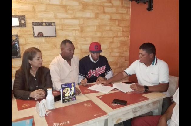 Momento histórico de la firma: el scout Arnold Elles de los Indios de Cleveland, John Torres y sus padres Juan Torres y Marta Chávez.