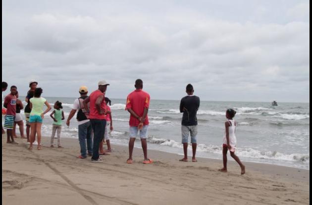 Los salvavidas que custodiaban la zona se percataron del suceso y lograron rescatar solo a los acompañantes de la mujer.