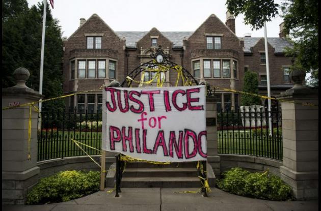 Protesta afuera del palacio de la gobernación en Minnesota.