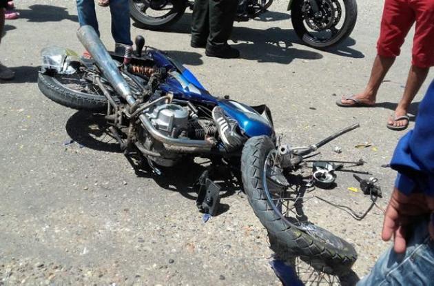 La motocicleta quedó totalmente destruida, tras el choque con la buseta.