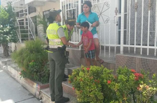 Miembros de la Policía de Infancia y Adolescencia dialogan con los padres de familia para que puedan ser ayuda idónea para sus hijos e hijas.