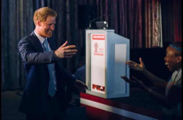 Elton John y el príncipe Enrique en la conferencia en Sudáfrica.