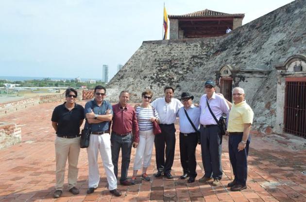 El jurado durante el recorrido por el Castillo San Felipe para conocer la iluminación actual.