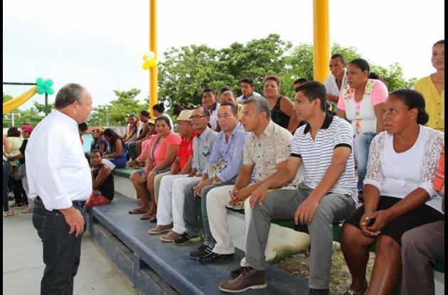 El secretario de Educación de Bolívar escuchando a la población de San Jacinto del Cauca.