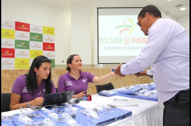 Entrega de tabletas a docentes de Bolívar.
