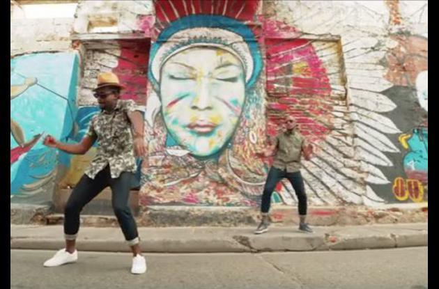 El rapero Vicelow junto a Sir Samuel en una de las calles de Getsemaní.