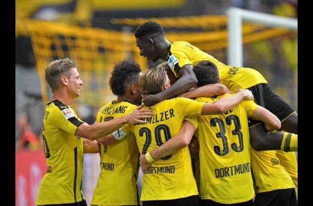 Jugadores del Dortmund celebran uno de los goles del partido.