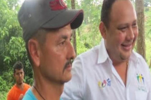 Jóverman Sánchez, alias 'Manteco', y el alcalde de Tierralta, Fabio Otero.