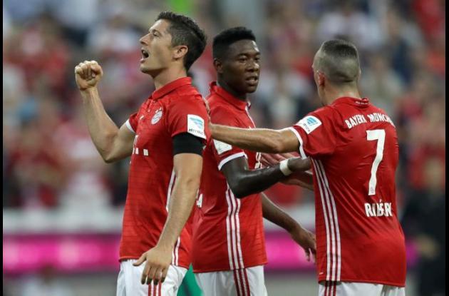 Lewandowski celebra uno de sus goles en el partido.