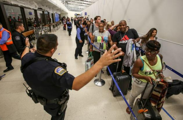 Los pasajeros retomando sus itinerarios tras el anuncio de fuego que terminó en falsa alarma.