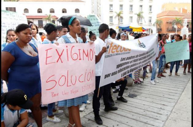Protesta de estudiantes realizada en abril para exigir nueva infraestructura.