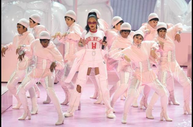 Rihanna durante su presentación en los premios MTV 2016.