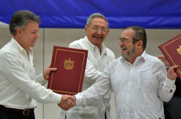 Juan Manuel Santos y Timochenko en la firma del acuerdo de paz.