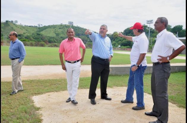 Luis Sojo con Enrique Vengoechea, director de Indeportes, durante la inspección del estadio de Luruaco.