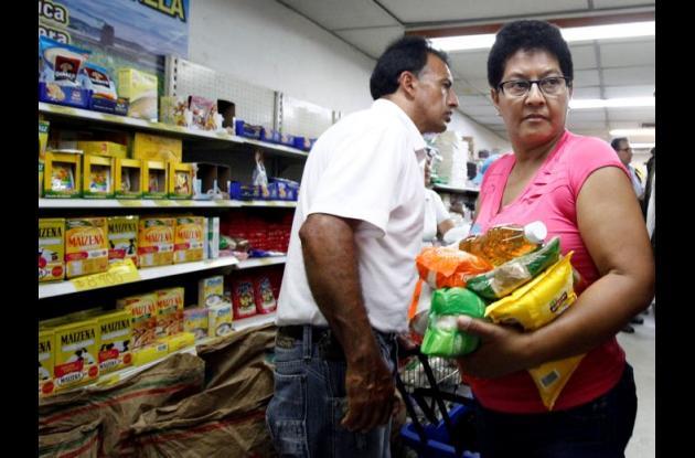 Venezolanos cruzan la frontera para comprar en Colombia los alimentos que no se consiguen en su territorio.