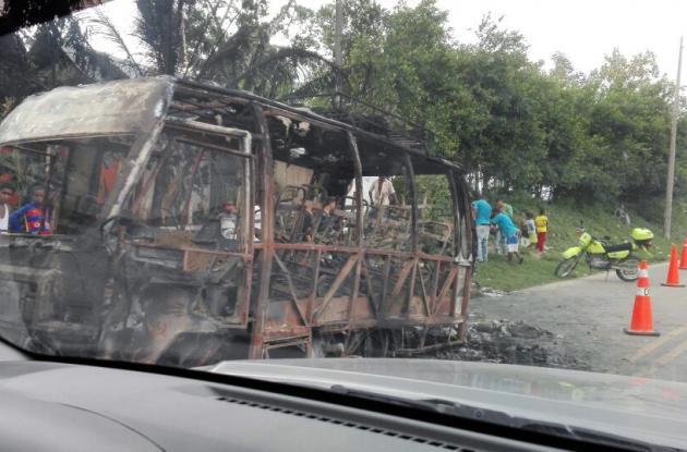 Las autoridades realizan las respectivas investigaciones para establecer que produjo el incendio de la buseta.