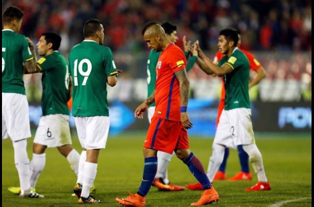 Jugadores bolivianos celebran el empate con Chile.