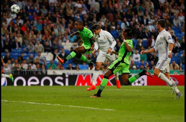 Jugadores disputan un balón durante el partido.