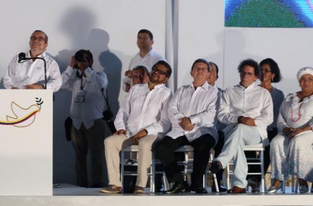 Firma del acuerdo de paz entre el presidente Santos y alias Timochenko.