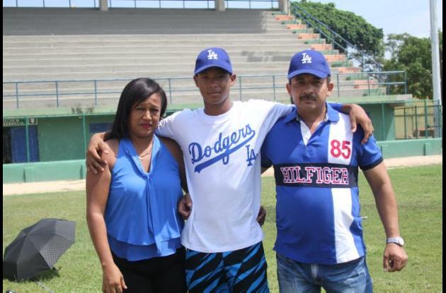Héctor Martínez con sus padres Héctor y Mariluz Palacio.