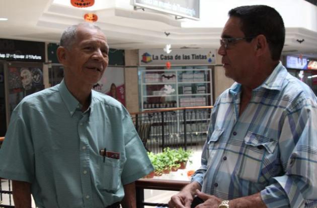 En la foto, Rodolfo Martínez y Hugo Guzmán, padre y abogado de Javier Martínez, respectivamente. Javier fue absuelto luego de juicio en el que lo señalaban de violar a su hija en Cartagena.