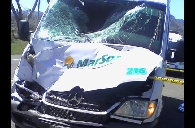 La buseta arrolló de frente al campesino Santiago Enzuncho, quien murió en el acto. Accidente en Arroyo de Las Canoas.