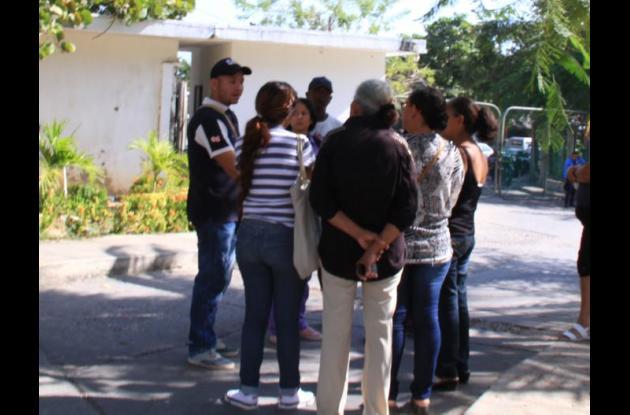 Familiares de Jesús Rincón y Katherine González. El hombre mató a la joven, quien era su mujer, y luego se suicidó. Pasó en María Cano, Cartagena.