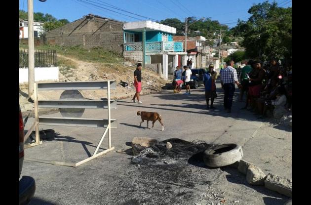 Los habitantes de San Bernando de Asís bloquearon la entrada de acceso al barrio para protestar por la falta de luz.