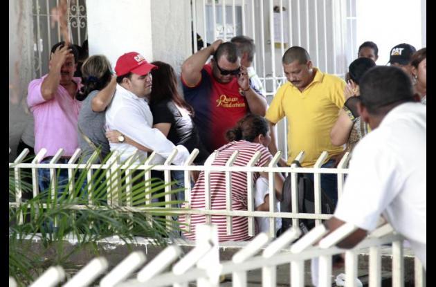 Familiares de Rafael Río, quien murió tras ser baleado en paradero de Transcaribe en El Recreo, en atraco.