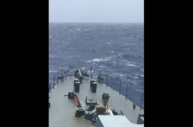 Momentos del rescate de tres de los tripulantes del velero Saquerlotte.