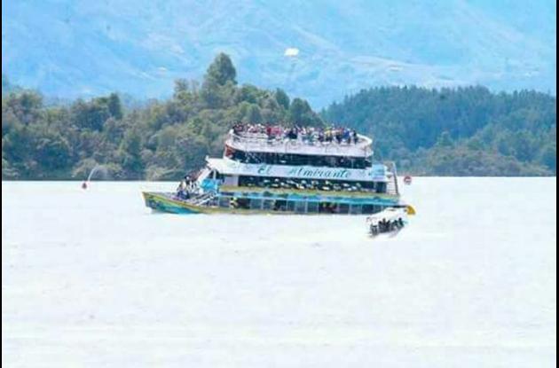 """Hundimiento del barco """"El Almirante"""" en Guatapé, Antioquia."""