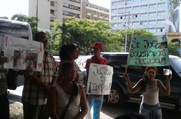 Amigos y parientes del vigilante asesinado hicieron un plantón frente al Centro de Servicios Judiciales, en el Centro Histórico. Luis Pasos fue asesinado en Paseo Bolívar.