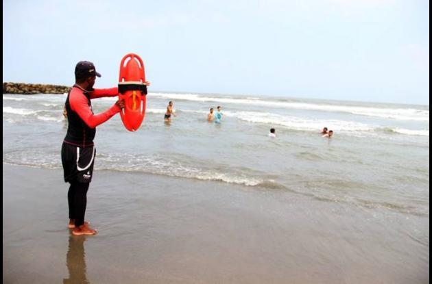 En muchas ocasiones, los salvavidas reciben amenazas al hacer las recomendaciones en la playas.