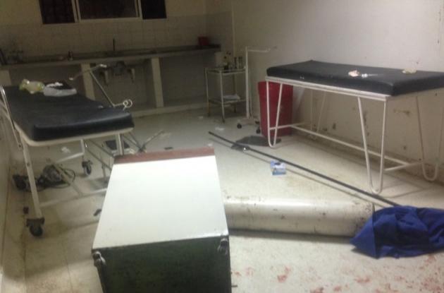 Destrozos en hospital de Turbaco que causaron familiares de dos hombres que fueron asesinados en riña de pandillas.