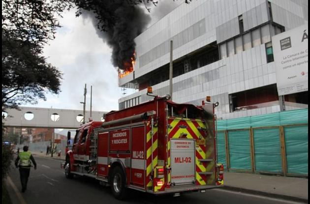 Sobre la Avenida Esperanza, frente a Corferias se incendió el último piso de un edificio