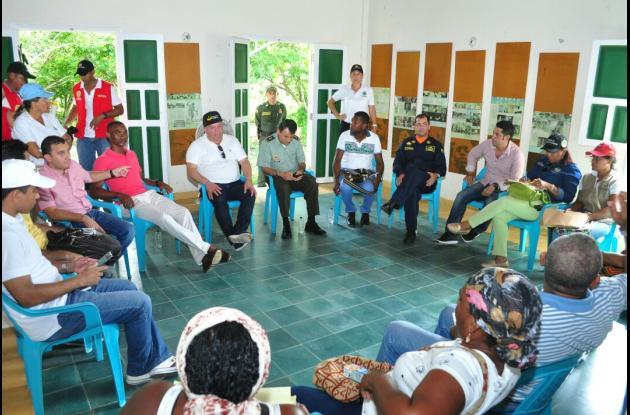 Reunión en Barú entre autoridades y pobladores en busca de soluciones a problemáticas en la zona.