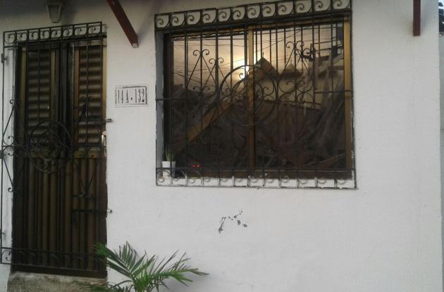El techo de la sala de esta vivienda en Torices se desplomó, a las 6 de la mañana de este domingo.