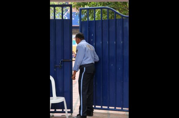 Vigilantes de colegios oficiales de Cartagena
