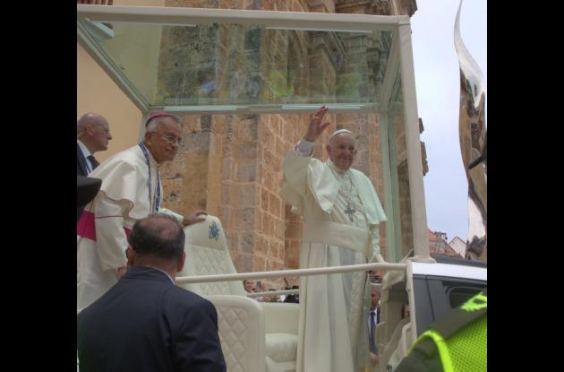 Ell papa Francisco cuando salía del Santuario San Pedro Claver. Lo acompaña monseñor Jorge Enrique Jiménez.