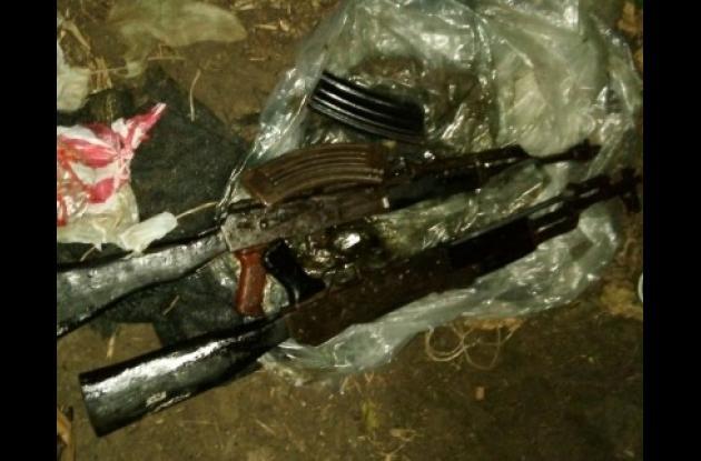 Fusiles del Clan del Golfo hallados en una caleta en El Carmen de Bolívar.