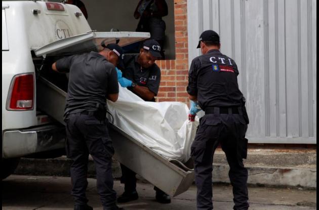 El domingo, en La Esperanza, pandilleros mataron a dos primos venezolanos. Miembros del CTI de la Fiscalía hicieron la inspección técnica de los cuerpos.