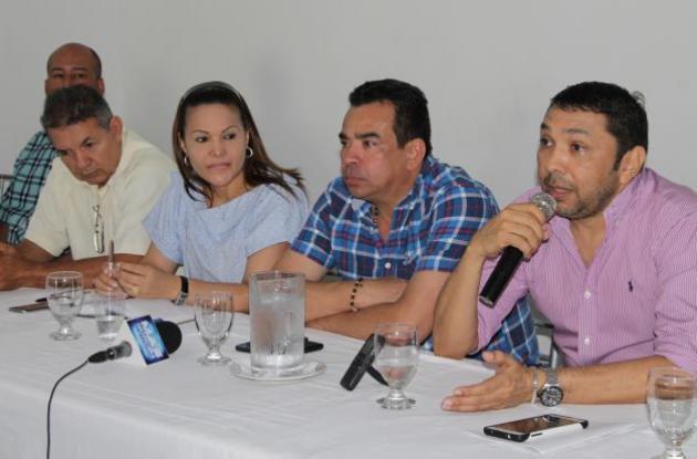 El gerente de Sibus, Uber González; el asesor Alexander Padilla y otros funcionarios de la empresa durante la rueda de prensa