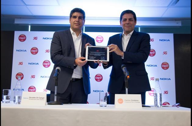 Osvaldo Di Campli, VP de Nokia para América Latina y Carlos Zenteno, Presidente de Claro para Colombia, muestran a la prensa el acuerdo firmado entre ambas compañías para la implementación de 5G en Colombia.
