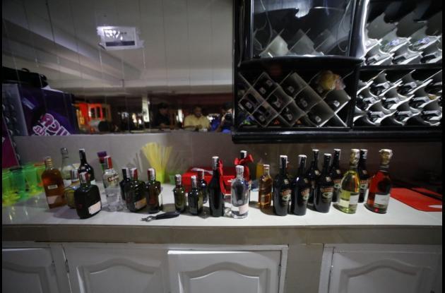 Incautamiento de licor ilegal por parte de las autoridades en bares del sur de la ciudad.