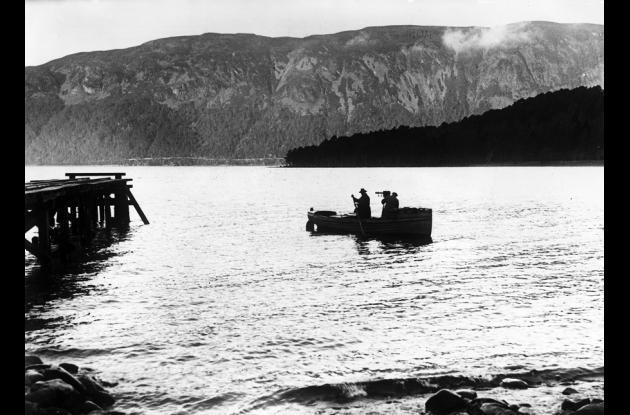 Fotógrafos en barca atraviesan el lago Ness. (Foto sin fecha, alrededor de 1935).